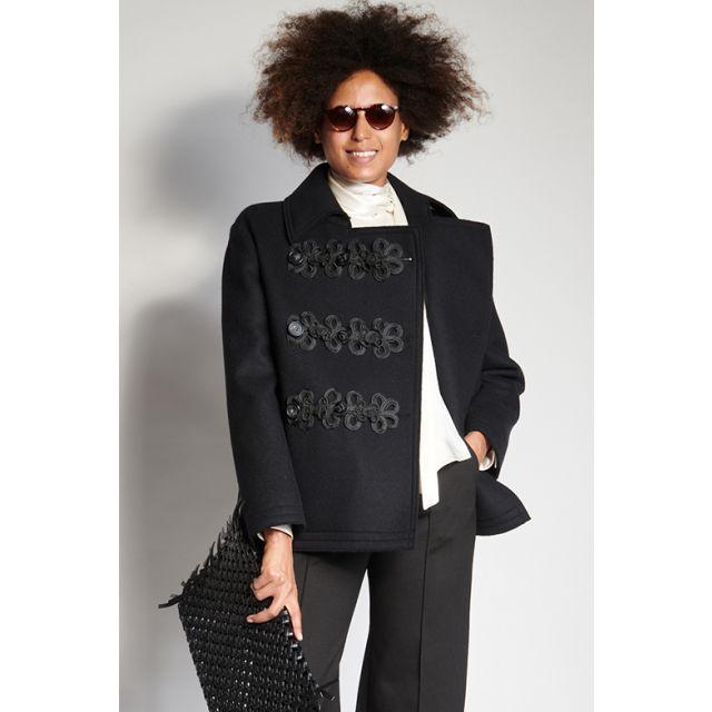 Cappotto nero con decori ricamati