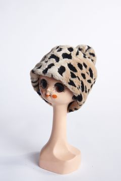 Spotted hat with pompom