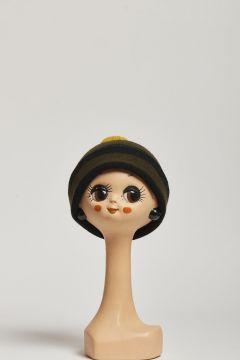 cappello a righe verdone e nero con pompon