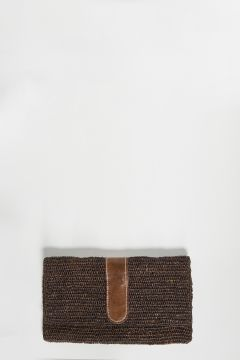 Brown raffia clutch bag with leather detail, closure with two magnetic clips