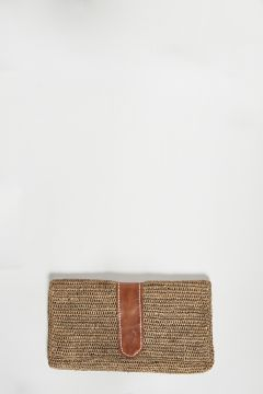 Dark tea raffia clutch bag with leather detail, closure with two magnetic clips