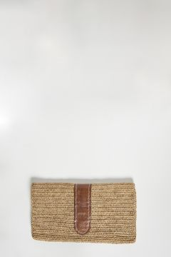 Tea raffia clutch bag with leather detail, closure with two magnetic clips