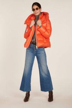 Piumino DRM arancione con cerniera bianca e cappuccio removibile.