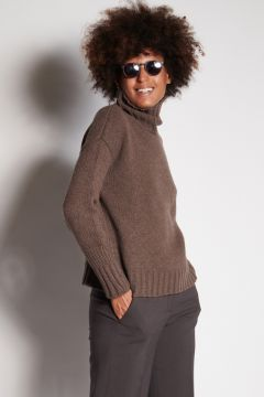 Coffee turtleneck with ribbed cuffs