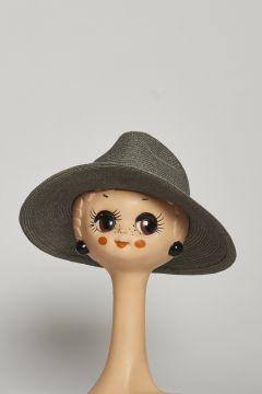 Cappello grigio stile uomo