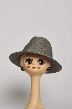 Cappello grigio con decorazione