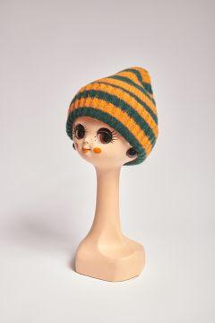 Cappello in lana a righe arancioni e verdi
