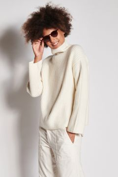 Ribbed cashmere ivory turtleneck