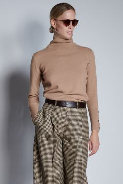 Camel turtleneck with buttons on the cuffs