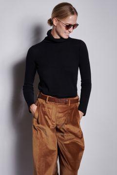 Black turtleneck in light cashmere