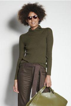 Maglione verde a costine con colletto