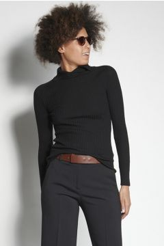 Maglione nero a costine con colletto