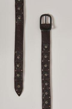 cintura in pelle marrone con inserti tondi in metallo
